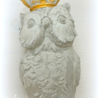 Betoneule mit Krone