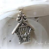 Vogelhaus aus Metall auf Betontopf